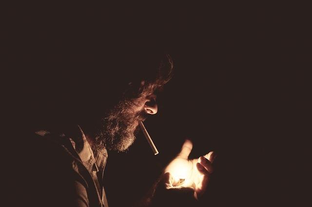 """alt=""""Fumantes com espondiloartrite tem pior prognóstico"""""""